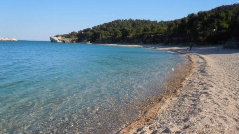 La splendida spiaggia di Baia di Campi non ha arenile sabbioso ma fatto di ciottoli e ghiaia e questo rende l'acqua ancora più cristallina