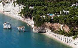 Le spiagge di Baia delle Zagare e Faraglioni