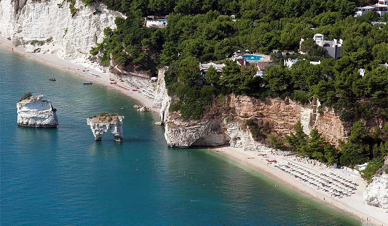 Le splendide spiagge di Baia delle Zagare e dei Faraglioni