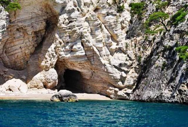 Piccola spiaggia raggiungibile anche via terra attraverso il sentiero che attraversa la pineta