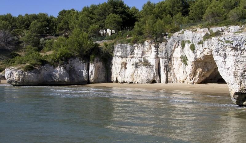 La spiaggia prende il nome dalla Grotta dei Colombi