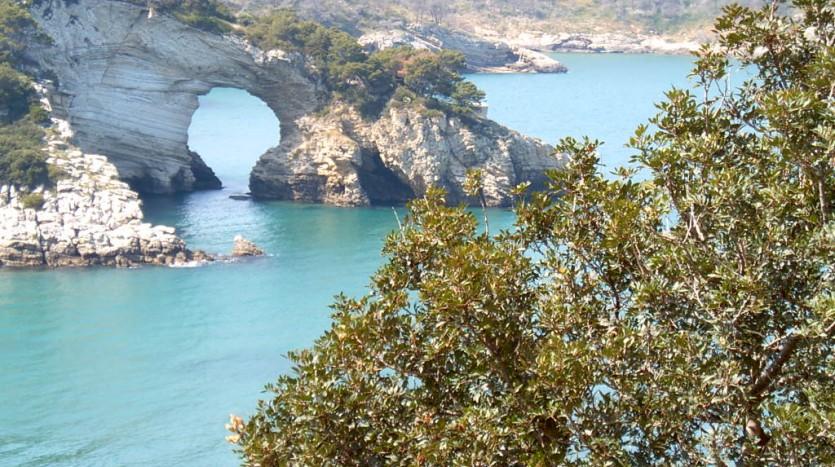 L'arco San Felice si trova nei pressi della spiaggia di fine sabbia della omonima Baia