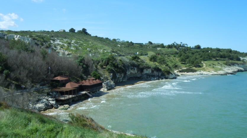 La spiaggia è riparata dai venti e si trova nei pressi del trabucco di San Lorenzo