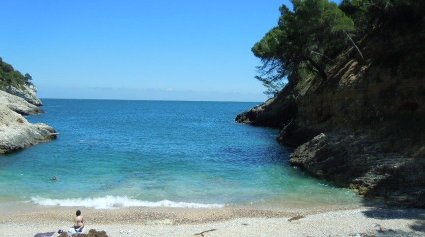 Tra Mattinata e Vieste in località Pugnochiuso si apre la piccolissima spiaggia di Cala della Pergola