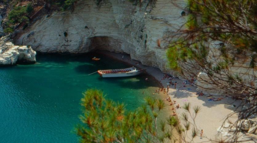 Splendida spiaggetta accessibile via mare tra Pugnochiuso e Baia di Campi