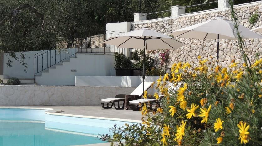 Angolo relax al fresco della piscina di Villa Simone